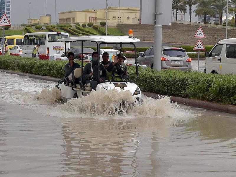 181126 workers rain dubai
