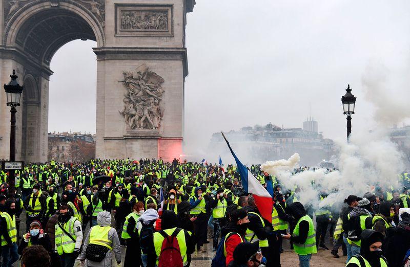 Paris protest Arc of Triomphe