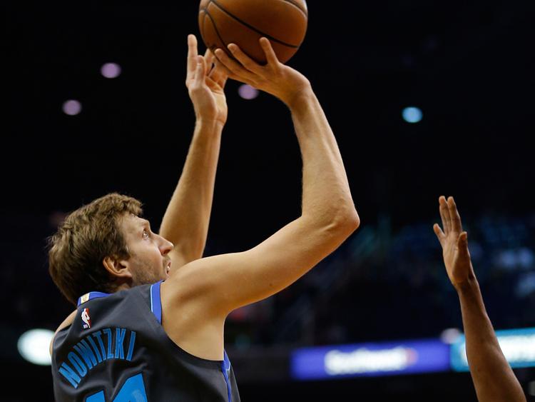 Mavericks_Suns_Basketball_99348