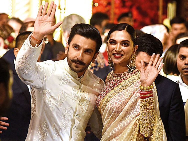 181215 Ranveer Singh (L) and Deepika Padukone