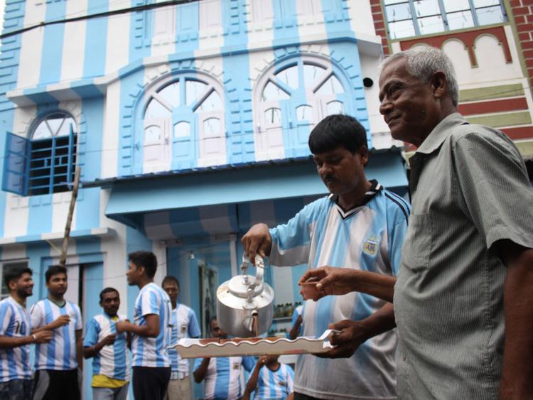 Kolkata tea seller paints house in Argentina colours