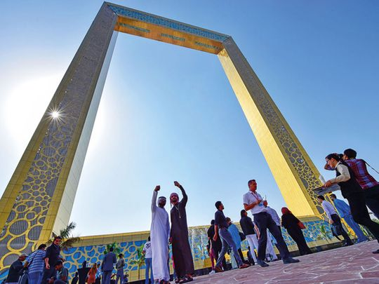 dubai frame tourists