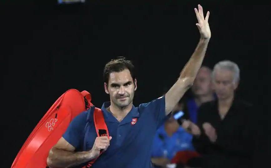 Roger Federer waves 323