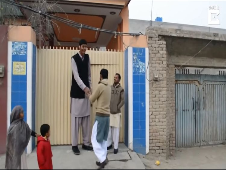 Tallest man in Pakistan greets people