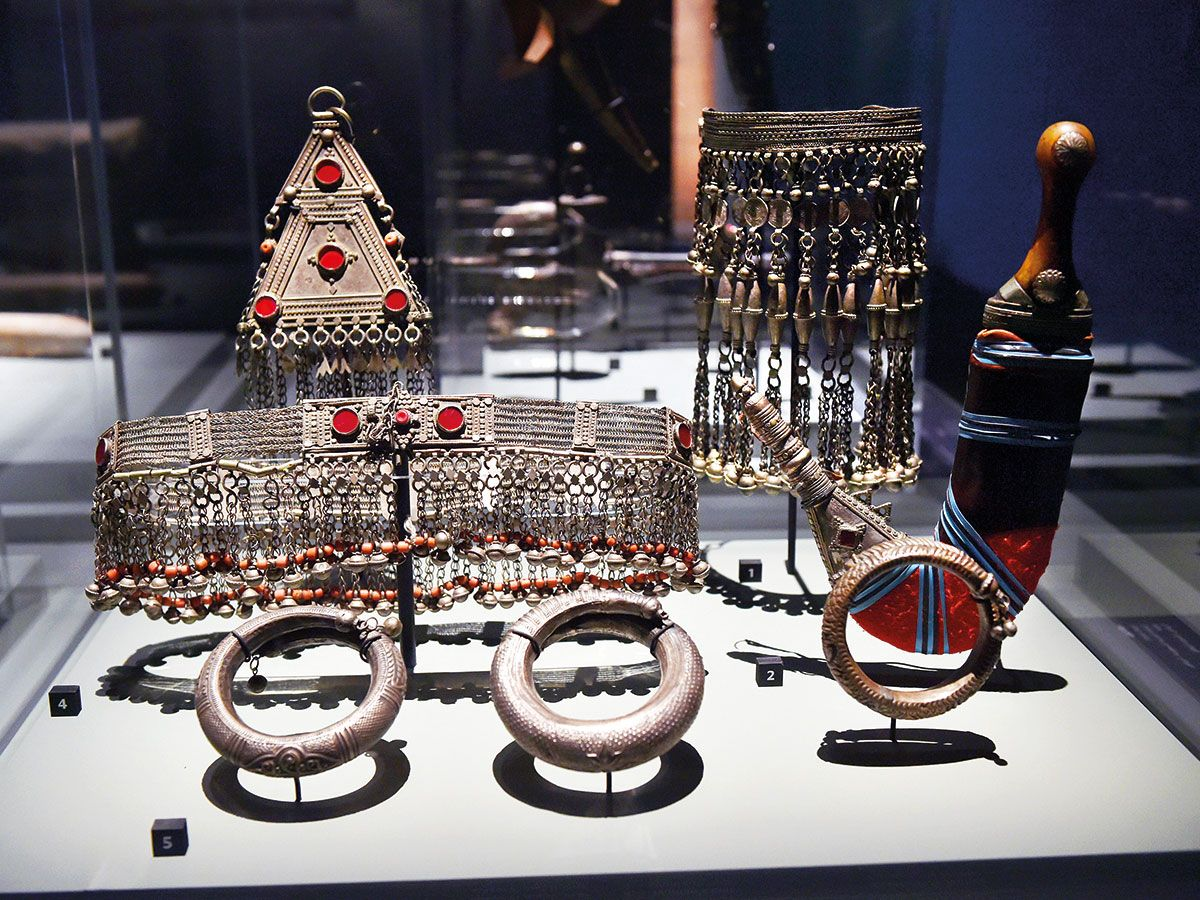 Ornaments and a dagger dating back to 1800-200BC