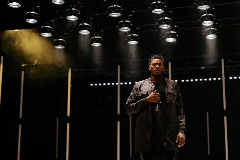 2.-ETT-Othello-2018_Victor-Oshin-(Othello)_Image-Helen-Murray_1-1548749456054