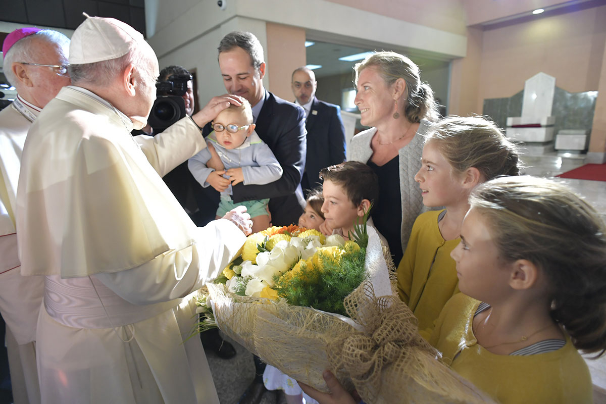 Pope Francis blessing children 19