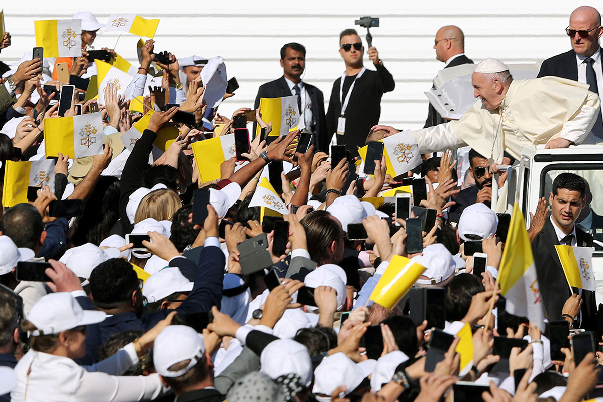 Pope Francis greet people 26