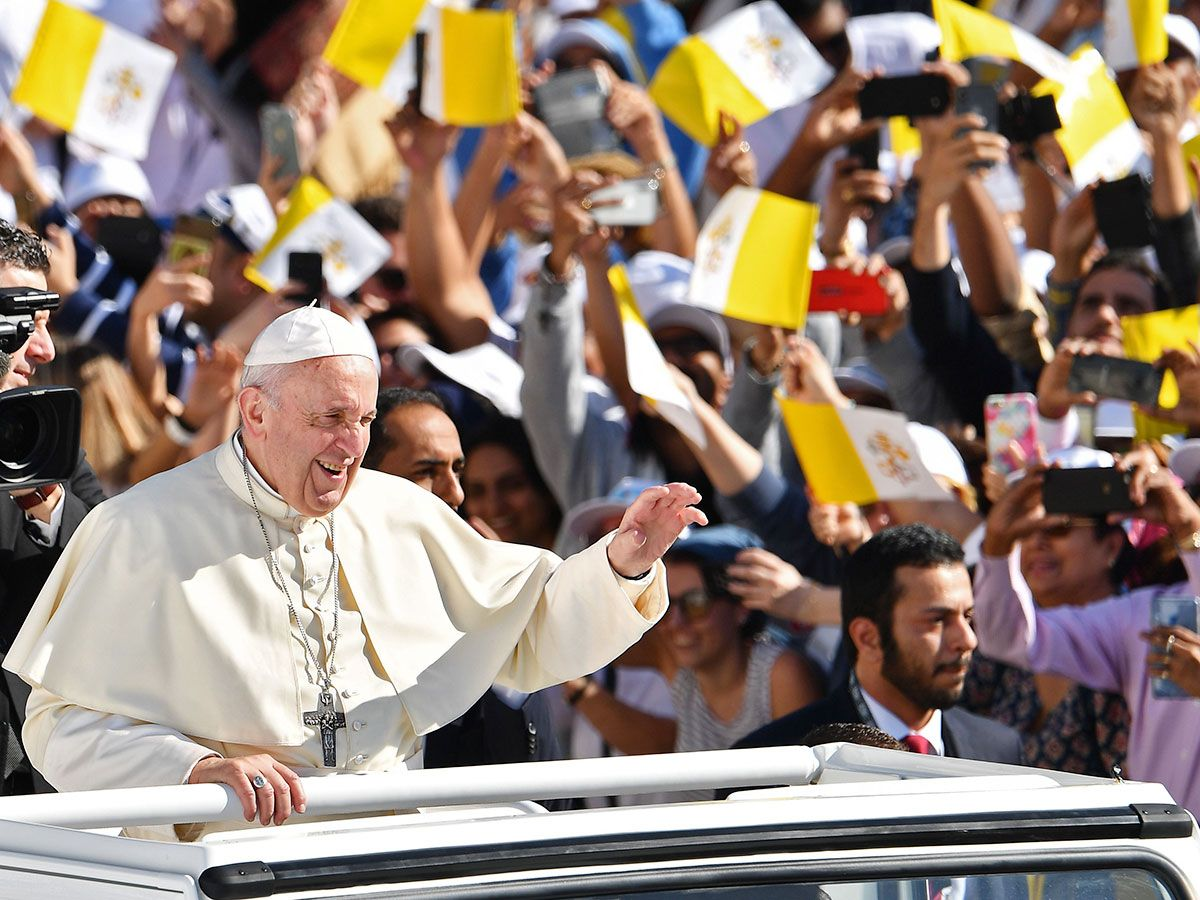 Pope Francis waves 20