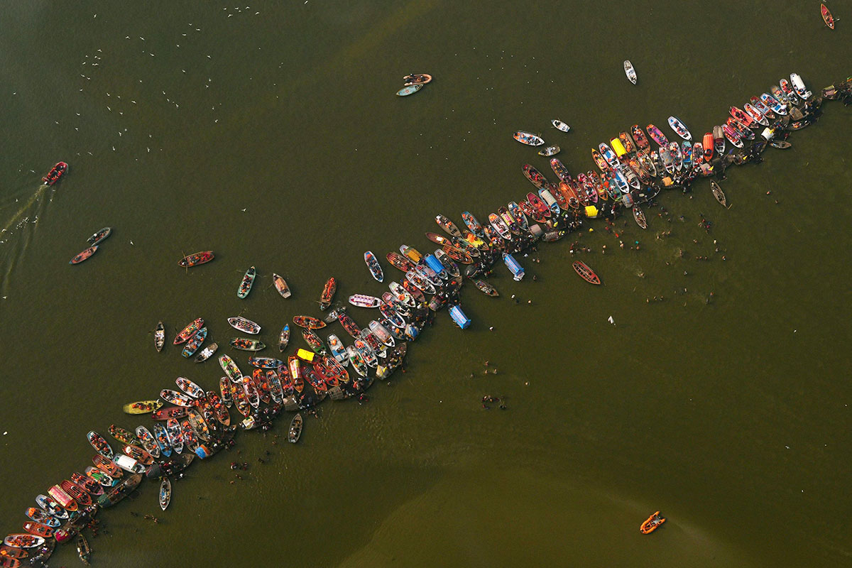 Devotees at the Sangam 6