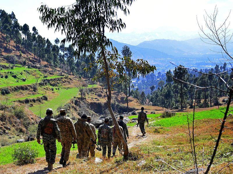 Pakistani soldiers patrol 4