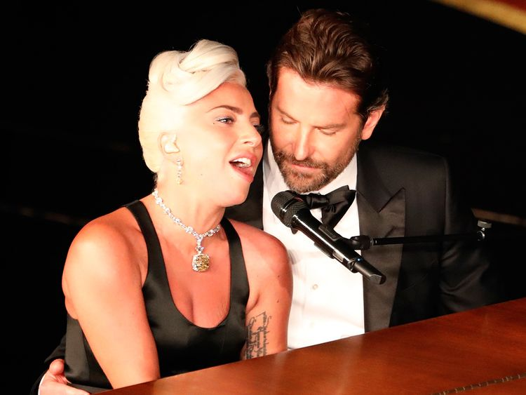 tab-Lady-Gaga-with-Bradley-Cooper-performs-(Read-Only)