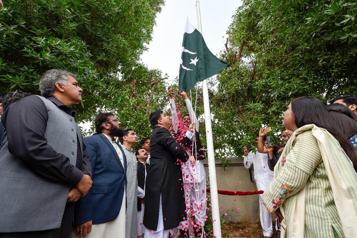 Flag-hoisting ceremony pakistan 01