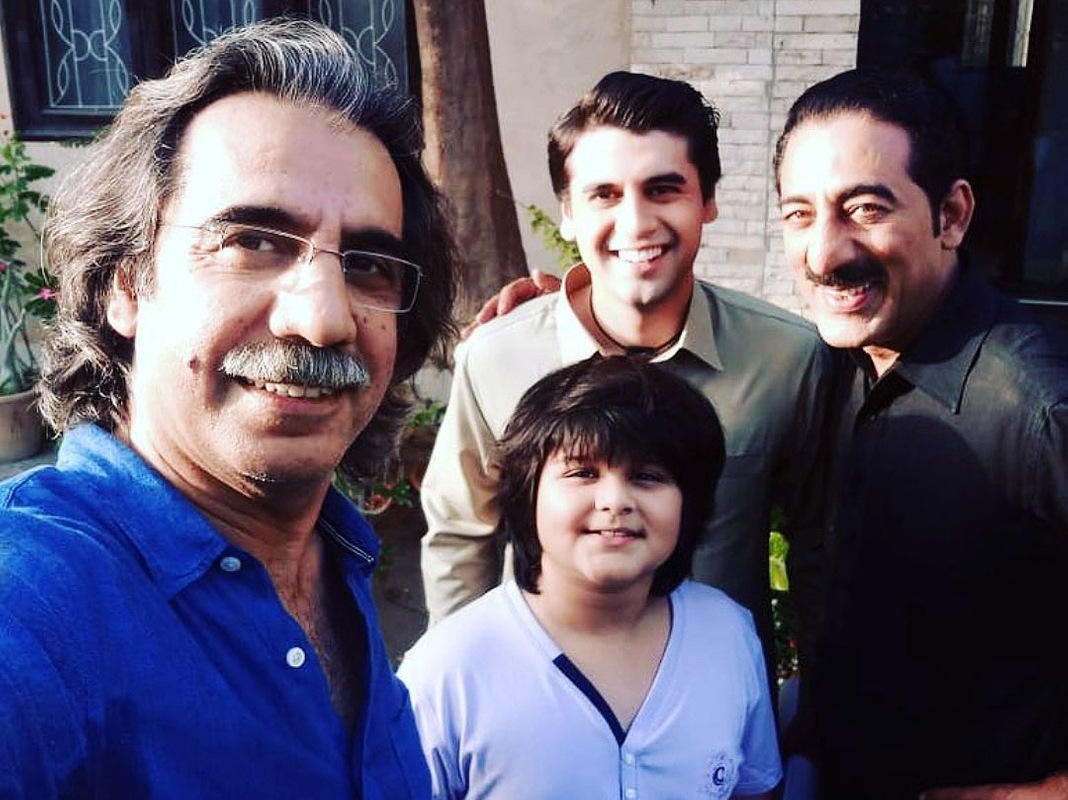 Director-Aehsun-Talish-with-some-of-his-cast-members-on-the-sets-of-SUNO-CHANDA-2-1554099173799