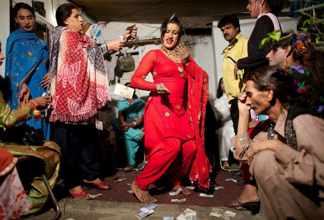 Most-transgender-in-Pakistan-earn-living-by-dancing-1554201241110