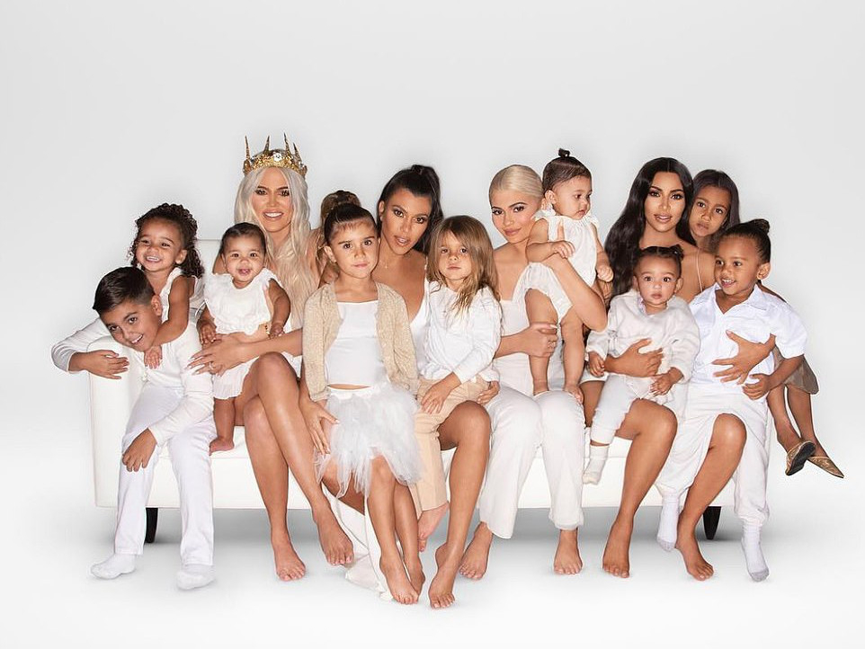 tab-_Kardashian_Christmas_Khloe_shares_the_family_card_-khloekardashian-1554271344762