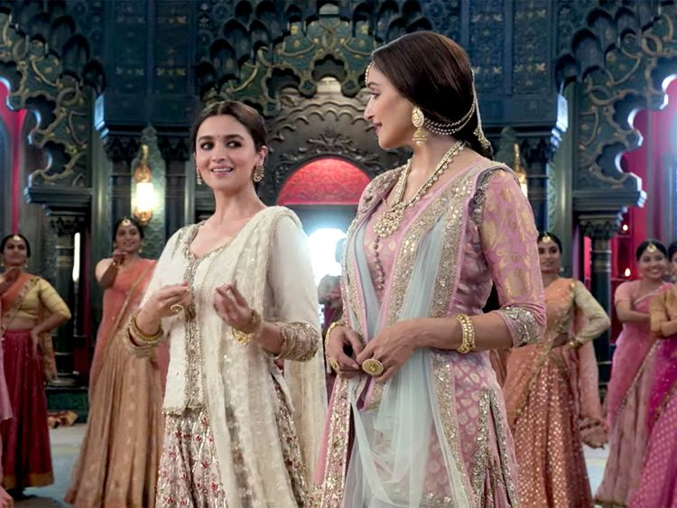 kalank-Alia-and-Madhuri-1555336949030