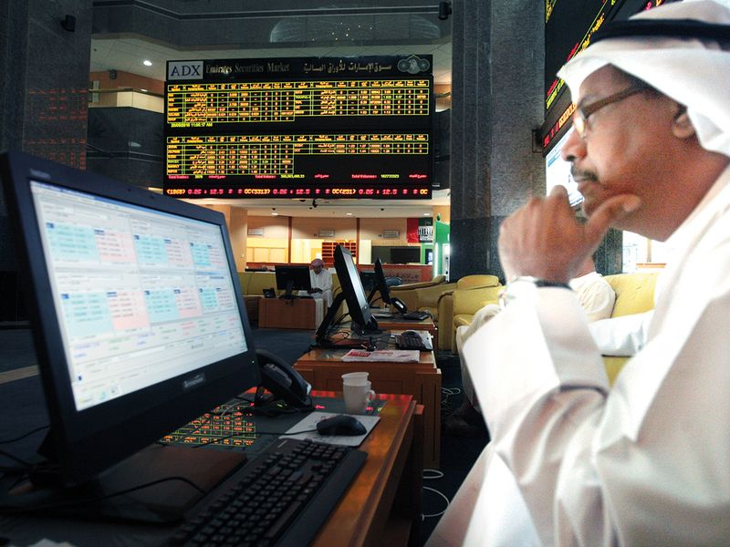 UAE investors trade cautiously ahead of results