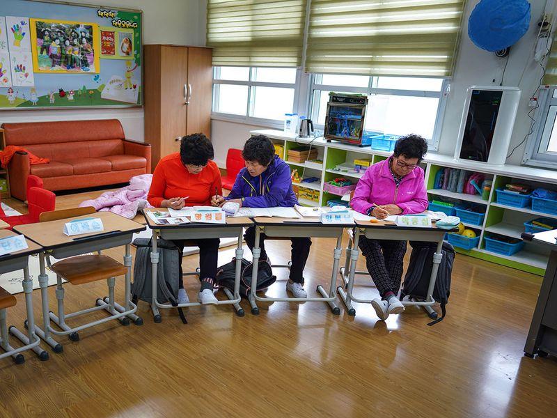190428 South Korea grannys in school