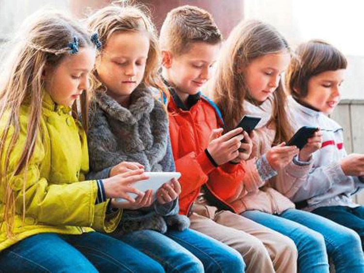 children play phone
