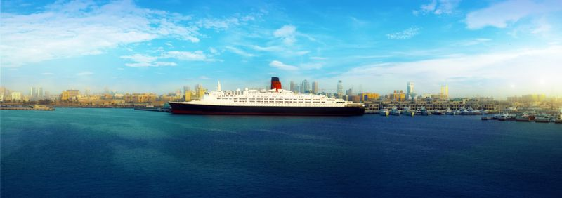 NAT_QE2_docked_permanently_in_Dubai_2019-1556722447983