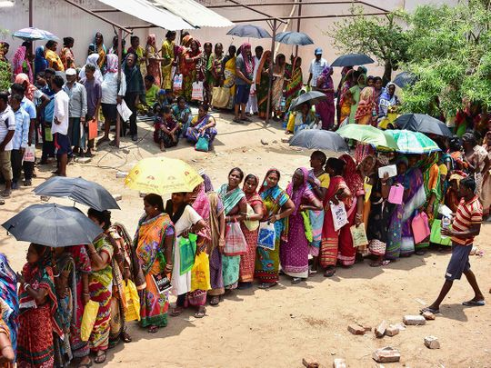 190513 Indian residents queue to collect relief materials