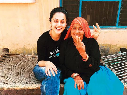 Taapsee-Pannu-with-Chandro-Tomar-at-the-latter's-hous-in-Johri-village-(Read-Only)