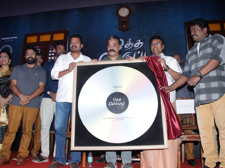 Director Parthiban at the audio launch of 'Oththa Seruppu-Size 7' with his mentor director K. Bhagyaraj, star Kamal Haasan and director Shankar-1558507611907