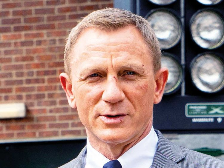 Daniel Craig back on 'Bond 25' set after injury ...