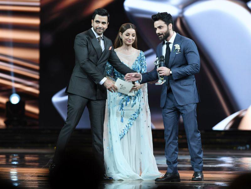 Junaid Khan and Sarwat Gillani present the Achievement in Fashion Design - Menswear, to Omar Farooq-1562763424868