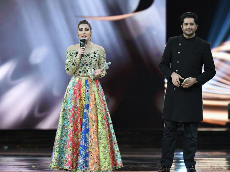 Mehwish Hayat receives her Best Actress - Popular - award from Imran Ashraf-1562763407600