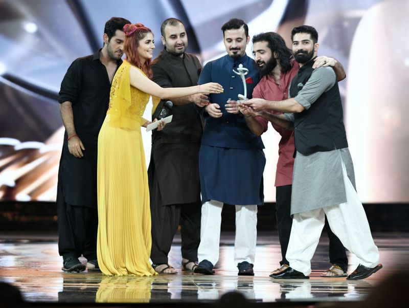 Momina Mustehsan hands over the Song of the Year trophy to the band Khumariyan-1562763411299