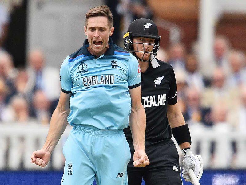 England's Chris Woakes (L) celebrates
