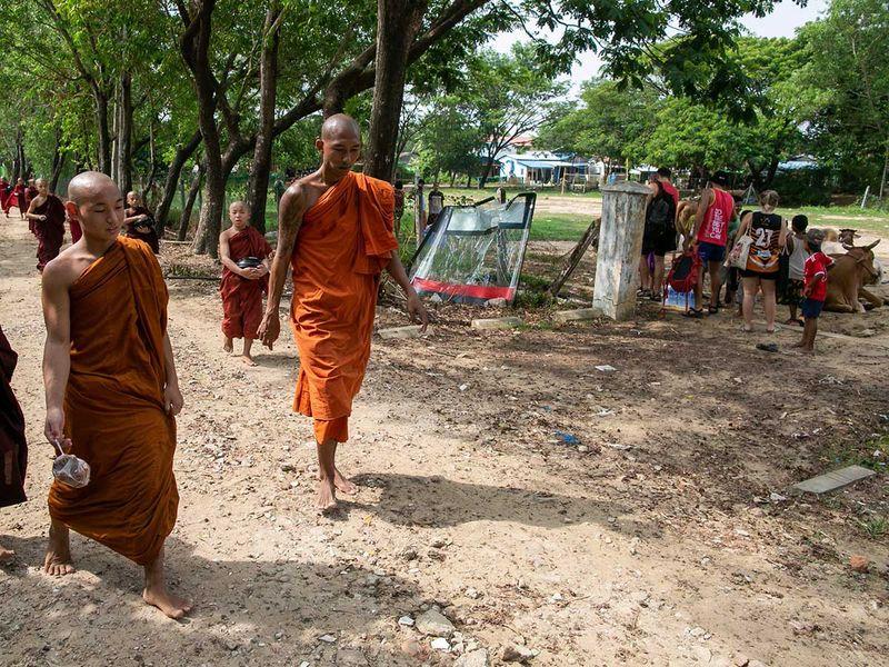 190717 buddhist monks