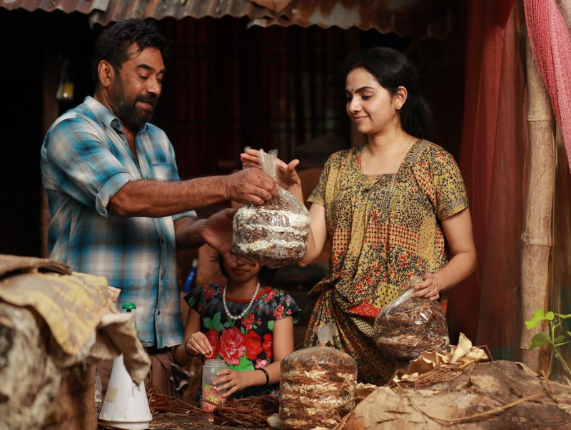 Biju Menon and Samvrutha Sunil in a scene from Sathyam Paranja Vishwasikkuvo-1563434728715