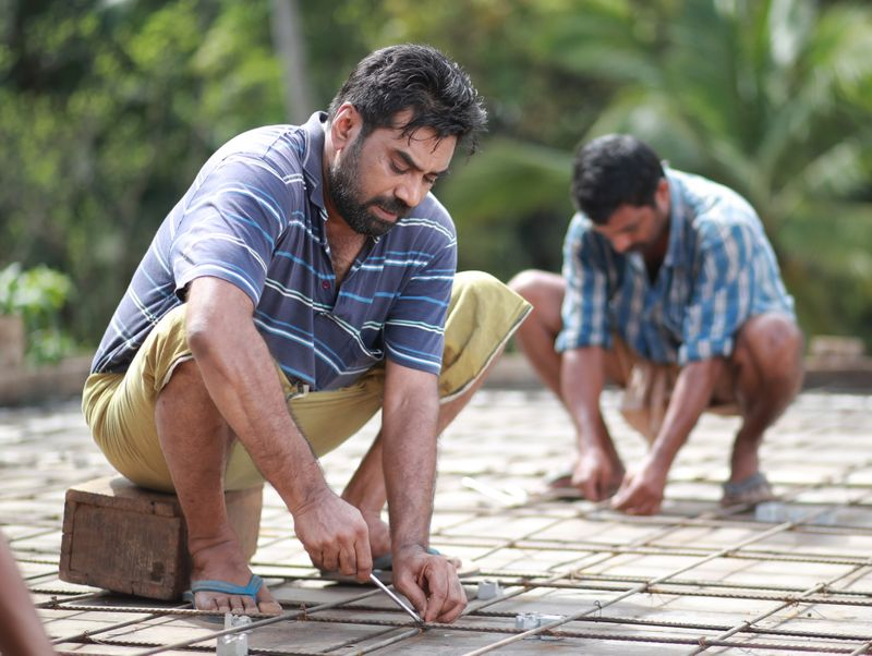 Biju Menon plays a construction worker in 'Sathyam Paranjal Vishwasikkuvo'-1563434722973