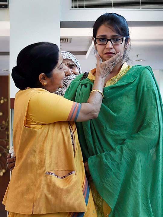 Sushma Swaraj greeting Uzma