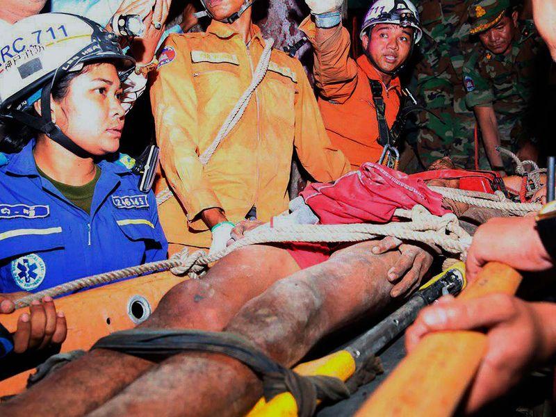 Rescuers carry Sum Bora 20190808