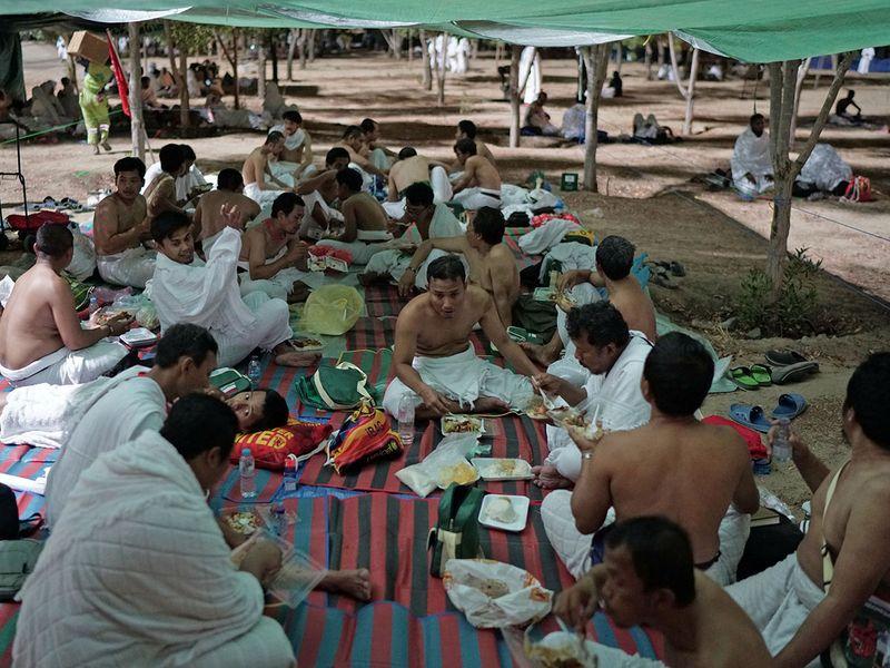 Pilgrims eat as they begin gathering in Arafat 0101