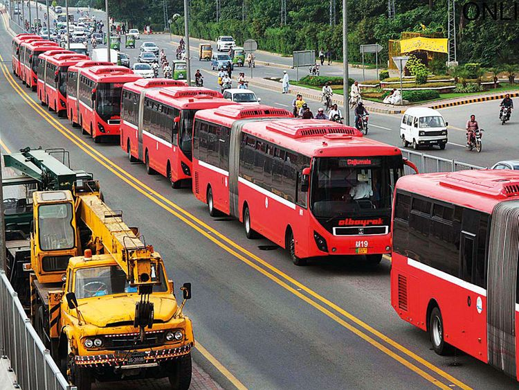 ■Employees of Metro Bus Service line up buses at Kalma Chowk in Lahore