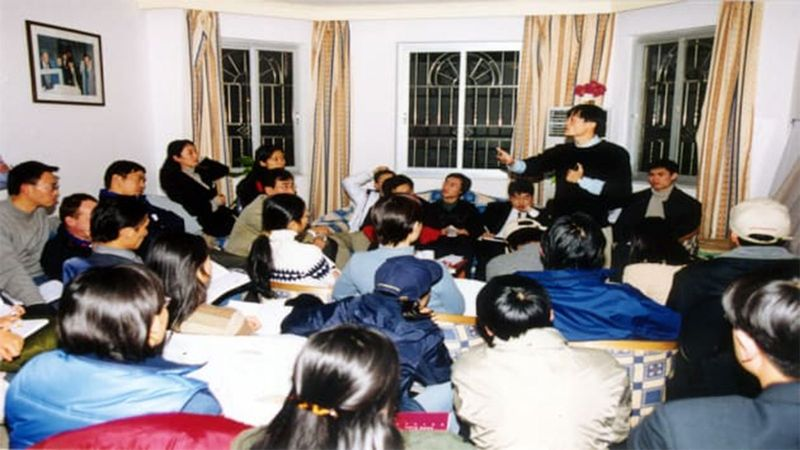 Alibaba founder Jack Ma holds a meeting in his apartment in 1999 -121