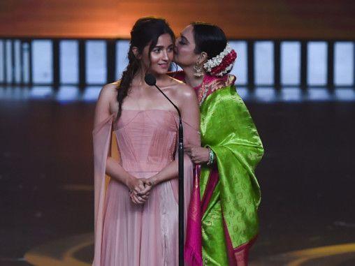 7 Kehebohan IIFA 2019, Ekor Gaun Deepika Padukone Panjang Banget