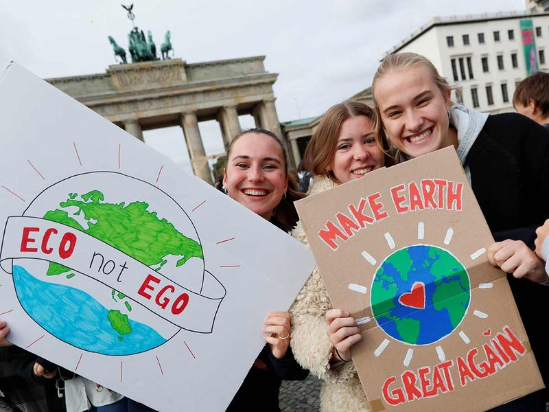Students pose with placards in front of the Brandenburg Gate 20190920