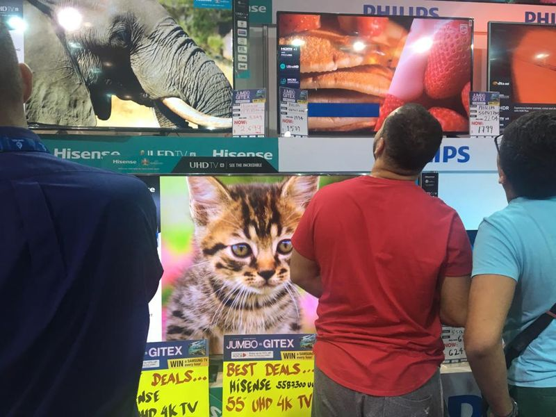 Customers check out LED TV 001