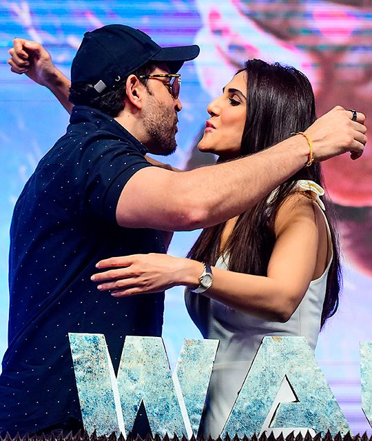 Hrithik Roshan (L) embraces with actress Vaani Kapoor