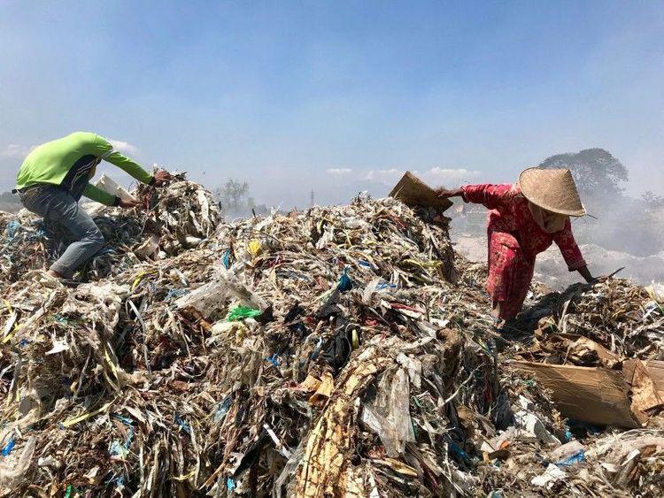 Scavengers pick through a mound of rubbish in Bangun.(Shashank Bengali Los Angeles Times)-1572020950669
