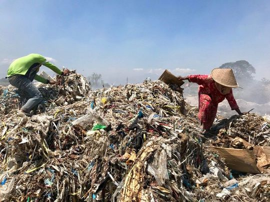 Scavengers pick through a mound of rubbish in Bangun.(Shashank Bengali Los Angeles Times)-1572020950669