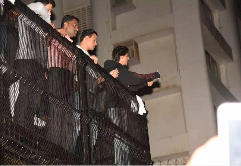 SRK greets fans on bday