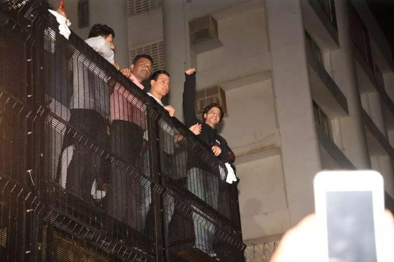 SRK greets fans