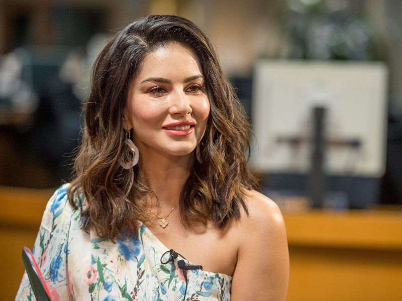 WEB-SUNNY-LEONE-VISIT4232-(Read-Only)